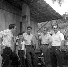 Aderbal, Neco e Chico recepcionam Nilton Santos. Brusque, 1958
