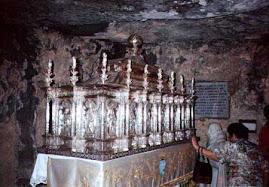 L'Urna nella grotta del Santo nell'Eremo