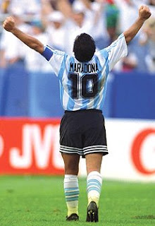 http://4.bp.blogspot.com/_i9sLIwsMWkY/R-oBtikxHkI/AAAAAAAAAKo/5EygQLTzakk/s320/maradona_10.jpg