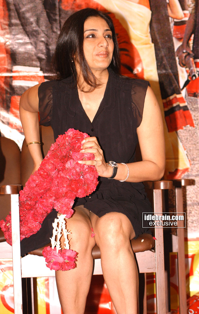 Bollywood Hot Actress Tabu Showing Her Hard Thighs in Public
