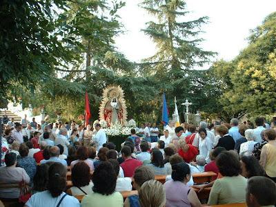 Misa en la explanada de la Ermita de la Virgen del Robledo antes de la traída