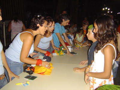 Concejalas entregando regalos a los participantes de ese día