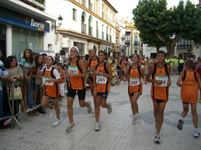 Chicas del Club de Atletismo de Alanís calentando antes del comienzo de la prueba