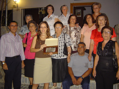 Miembros del Centrode Adultos posando con su placa de homenaje