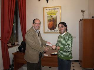 Fernando Fernández recoge su segundo premio de manos del delegado de Festejos