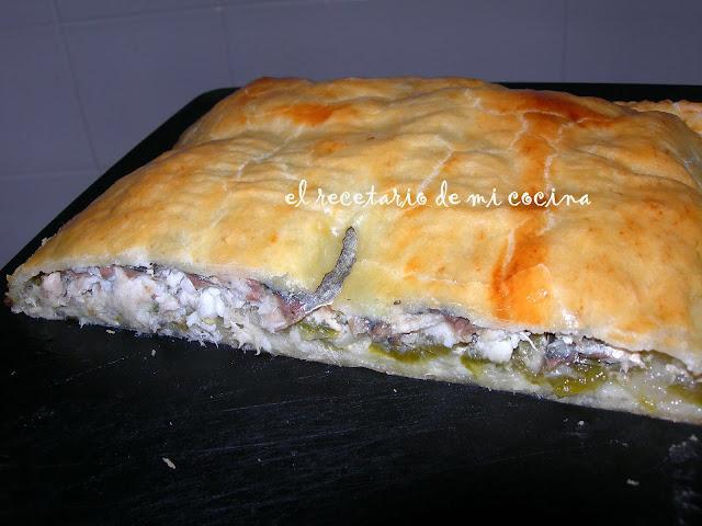 empanada de sardina con cebolla y pimiento verde