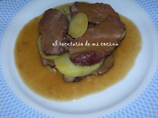 carrilleras de ternera en salsa con patatas al tomillo