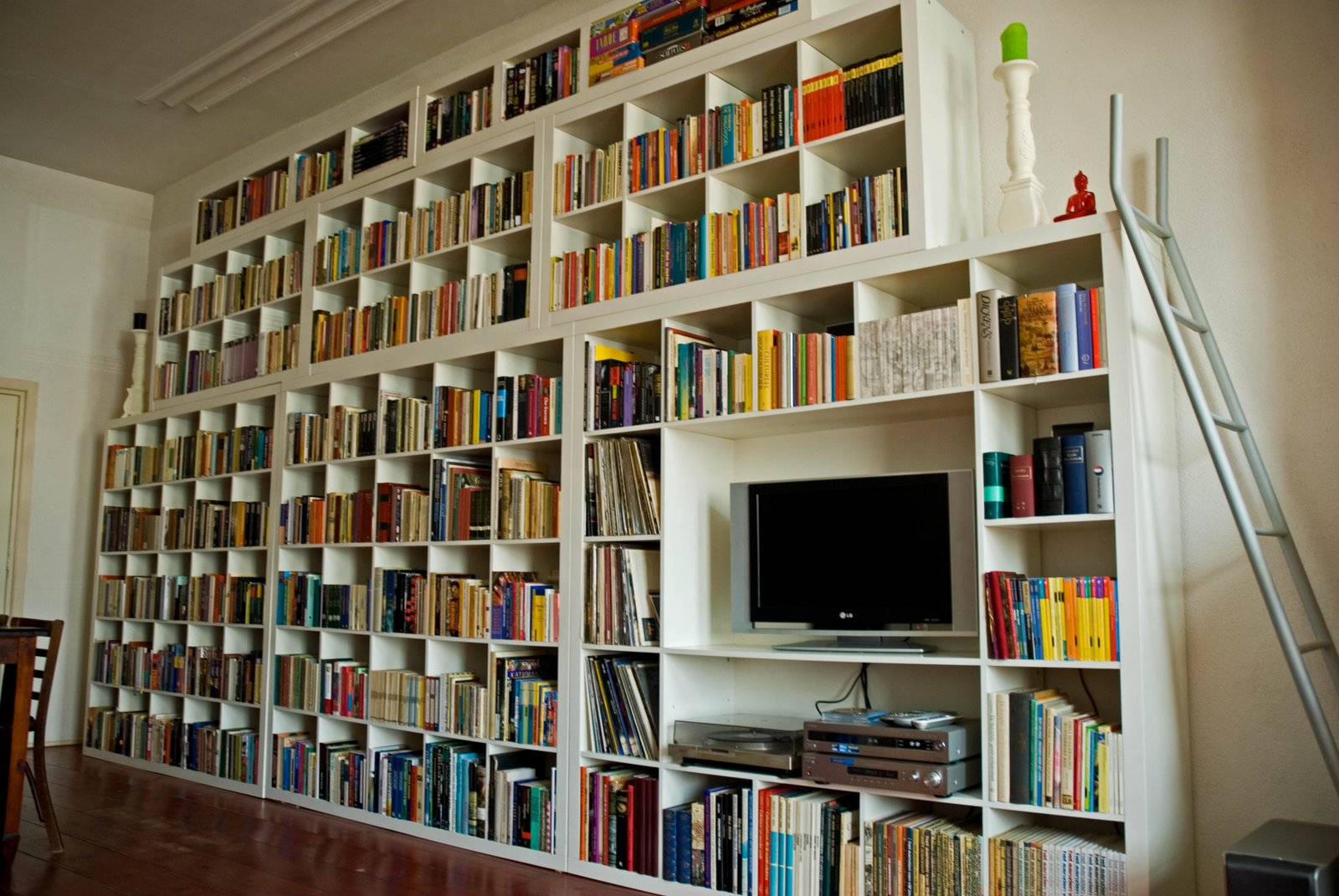 Книжные полки на всю стену своими руками  147