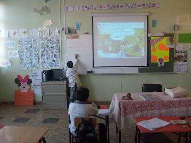Alumnos y alumnas aprendiendo matemáticas