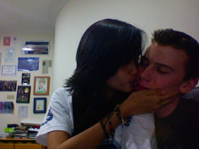 Artis Indonesia Cinta Laura mencium Bule