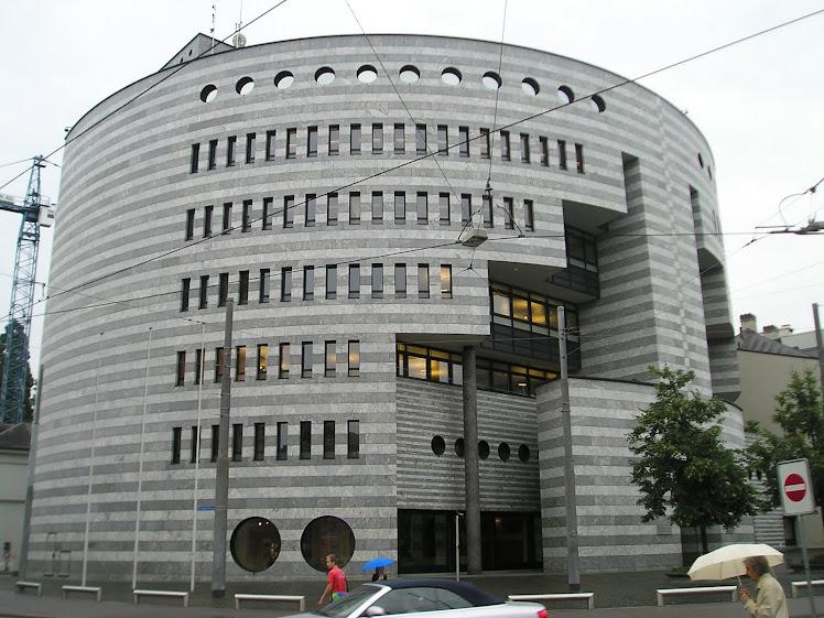 """Másodépület, Nemzetközi Fizetések Bankja, Aeschenplatz (""""Hamutér""""), 1 utcával lejjebb"""