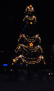Новогодняя елка, украшенная огнями и звездочками