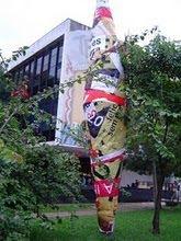 """Totem """"Pergaminho Filosófico Cultural""""em frente ao pavilhão da Bienal São Paulo."""