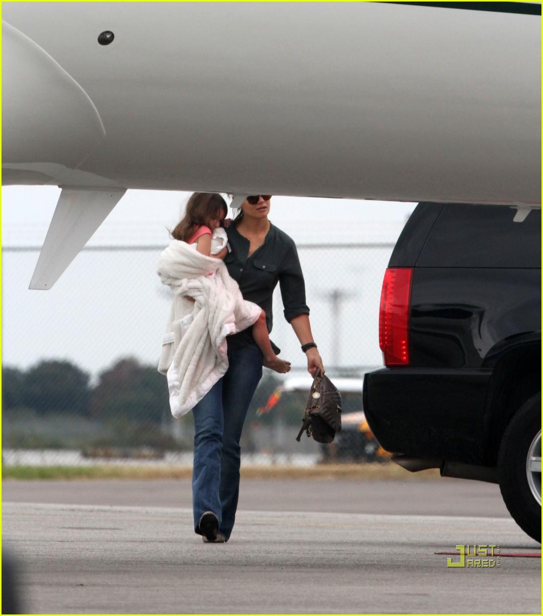 http://4.bp.blogspot.com/_iaWvO7Ov4MY/TPyiSri09II/AAAAAAAABnk/afyUUMZ7IQ0/s1600/katie-holmes-private-jet-01.jpg