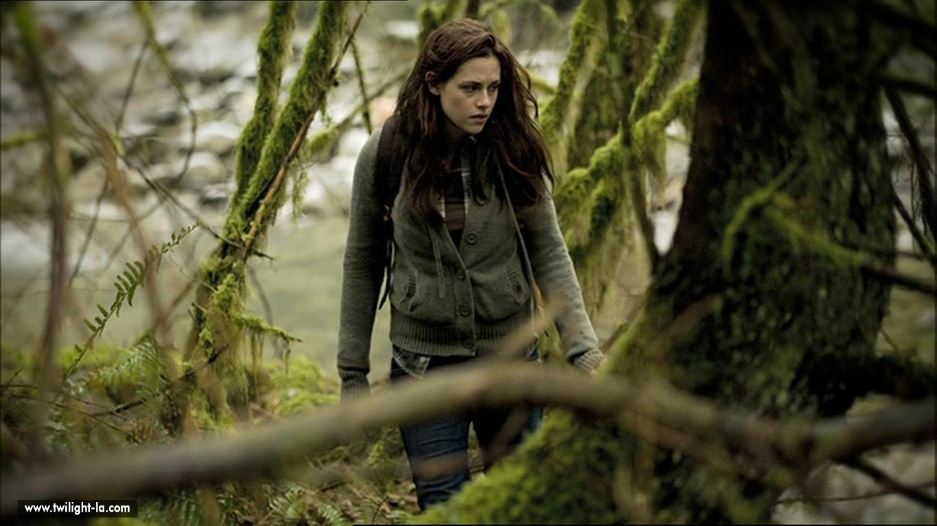 Bella qui se balade dans la forêt dans new moon