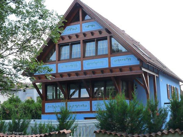 Regard d 39 est c 39 est une maison bleue - Chanson une maison bleue ...