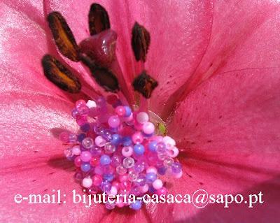 anel de missangas sobre flor