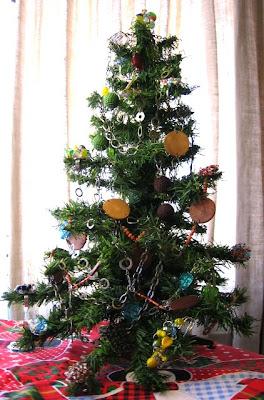 Árvore de Natal enfeitada com peças de bijuteria