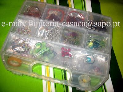 caixa com peças de bijuteria