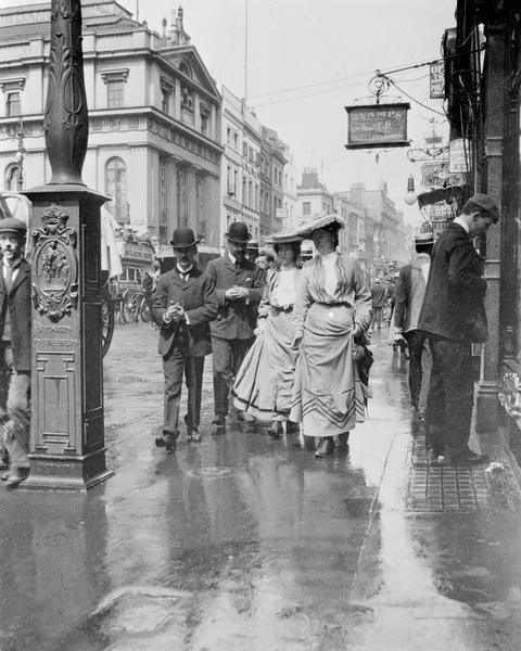 http://4.bp.blogspot.com/_ir6h9Q90O7g/TOJbv8Hy9RI/AAAAAAAAAX8/-2rlTpilmDk/s640/London+1900s.jpg
