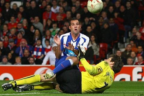 Man Utd 2 - FC Porto 2 (Mariano González e Edwin van der Sar no 2º golo portista - © UEFA)