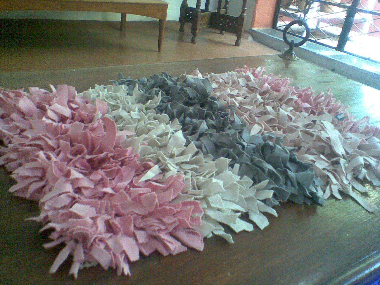 Make shaggy rag rug roselawnlutheran for How to make rugs out of old t shirts