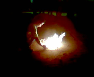 Juan acendendo o fogo