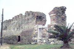 τοιχη στην περιοχη επταπυργιου(κοντα πλατεια αγ.αναργυρων)byzantine walls