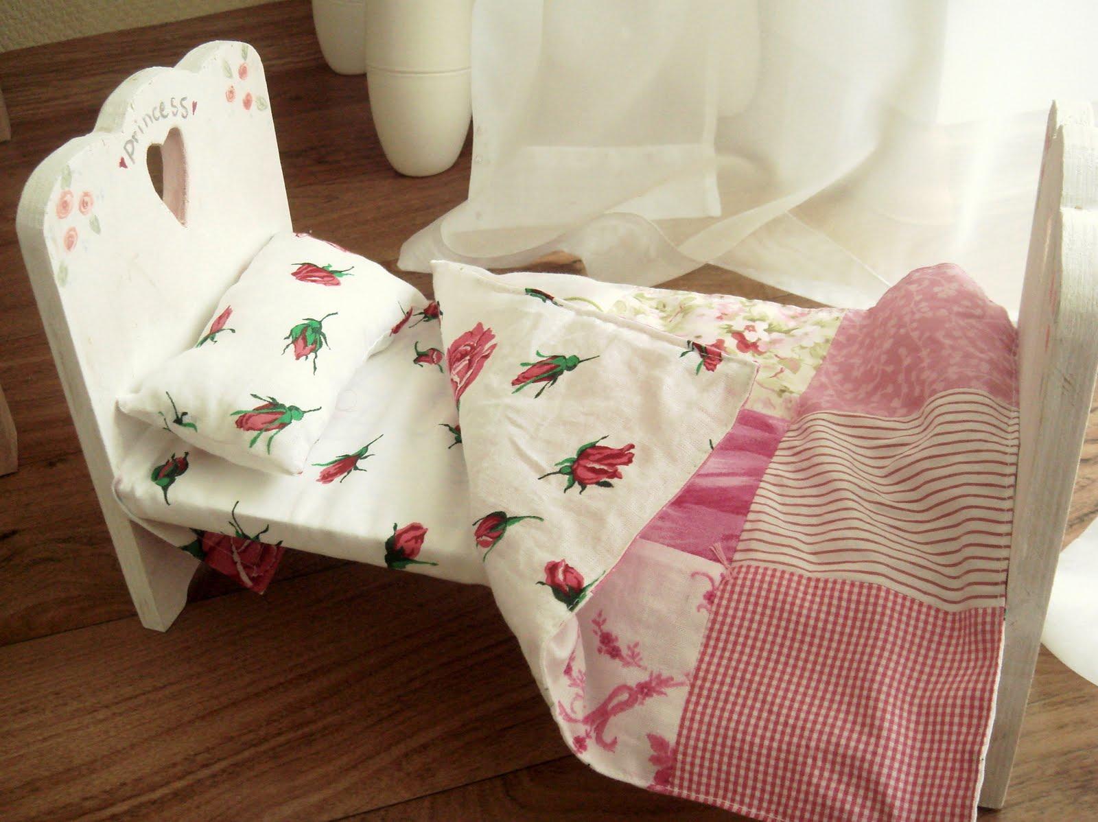 Постель для кукольной кроватки сшить своими руками 20