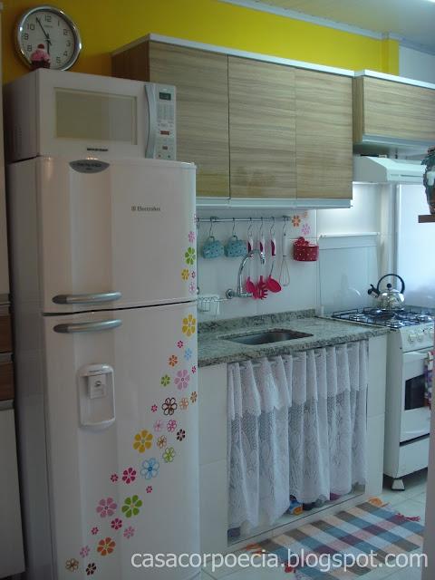 Minha cozinha pequena, enfeitada, amarela!  Casa Corpo e Cia