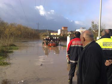 Bomberos sacando a unos vecinos en Alcolea