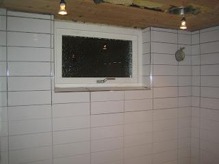 Badrumsprojektet: Kakel & lister vid fönstret