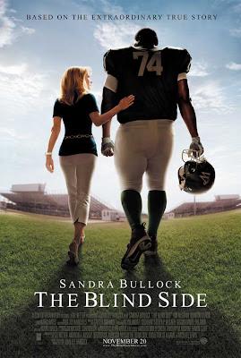 El Lado Ciego. Historia basada en la obra 'The Blind Side: Evolution of the Game,' de Michael Lewis, que narra la historia de Michael Oher, una joven estrella en alza elegido en el draft de la NFL americana, que después de ser echado de su casa fue recogido por una familia adoptiva cuya mamá interpretará Bullock, quien tratará de alentarlo.