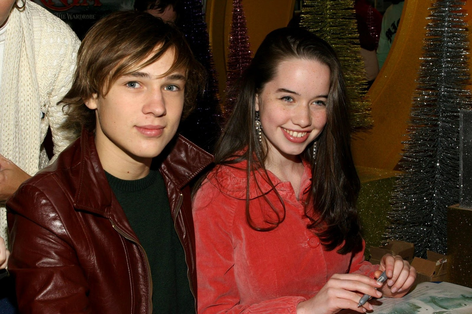 http://4.bp.blogspot.com/_jLks4YrQ748/TN07TtZqivI/AAAAAAAAAB0/MlKPTHzume4/s1600/Anna-Poppewell-and-William-Moseley-anna-popplewell-1266509_1920_1279.jpg