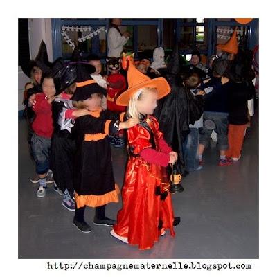 fête d'halloween, citrouilles et déguisements avec toute l'école cycle 1