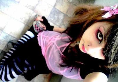 http://4.bp.blogspot.com/_jMSuF6OFpDI/TSjfuKs-5eI/AAAAAAAAAOk/ryaTwyrMUDc/s1600/emo_girl.jpg