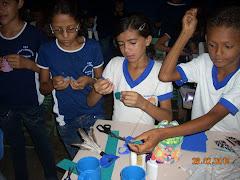 os(as) alunos(as) confeccionam petecas em Guassussê