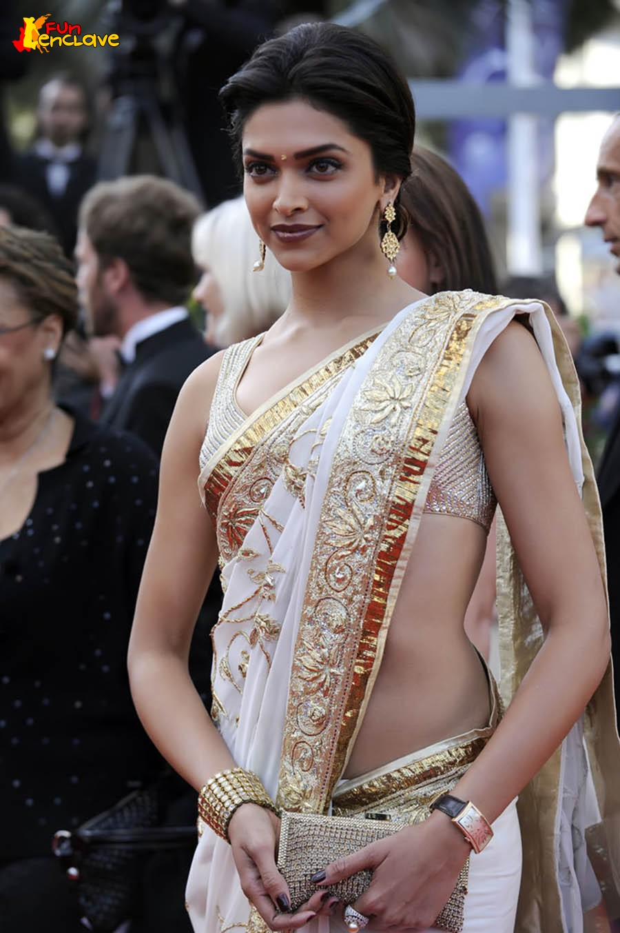 http://4.bp.blogspot.com/_jTFnyODNZMU/TAWi5PUcq2I/AAAAAAAAA-M/J7yZ1ieNzLs/s1600/Deepika-in-a-Rohit-Bal-Saree-at-Cannes.jpg
