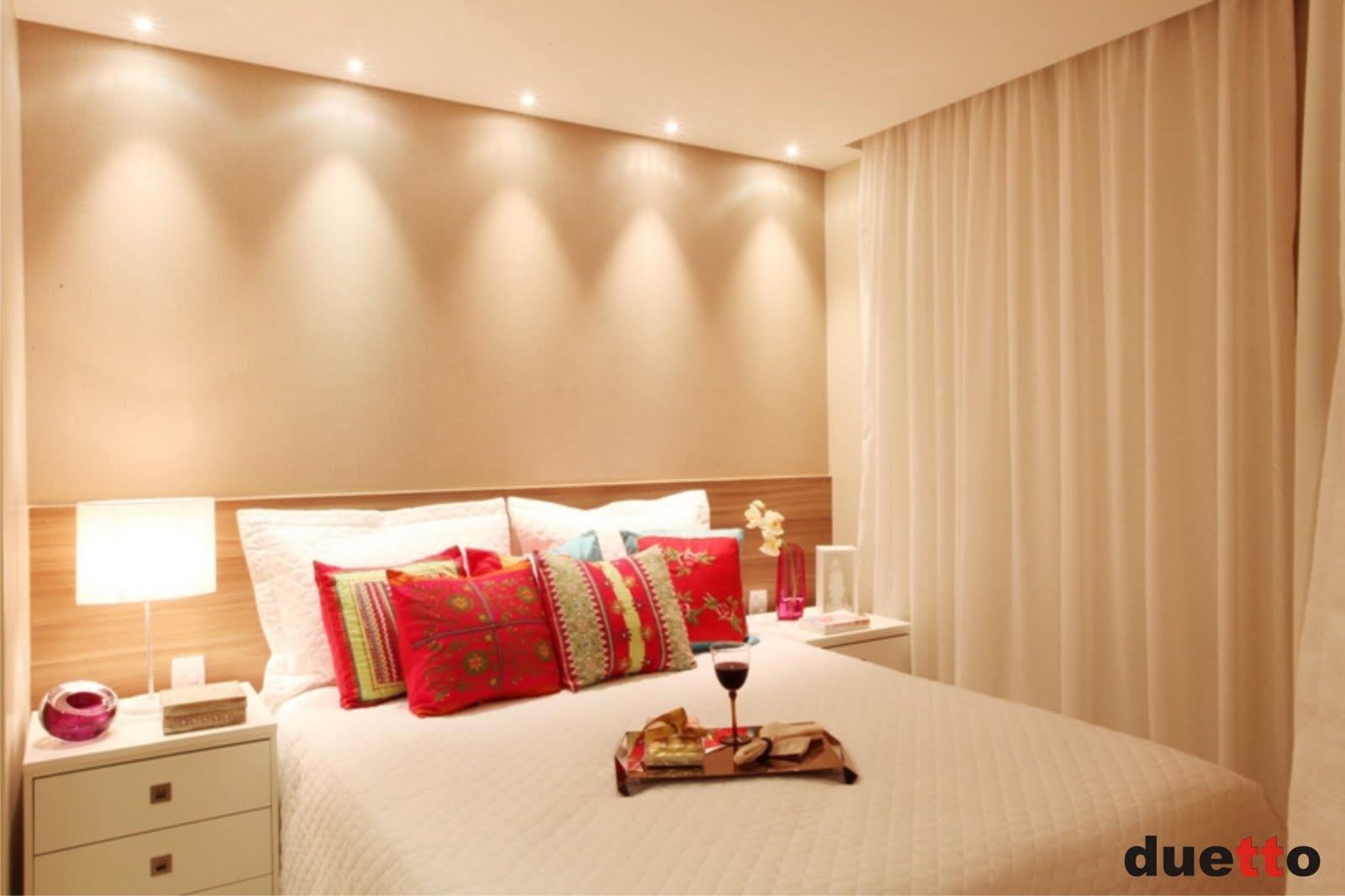Quarto com cabeceira em madeira e papel de parede bege com textura  #AF1C30 1600x1066 Banheiro Bege Com Madeira