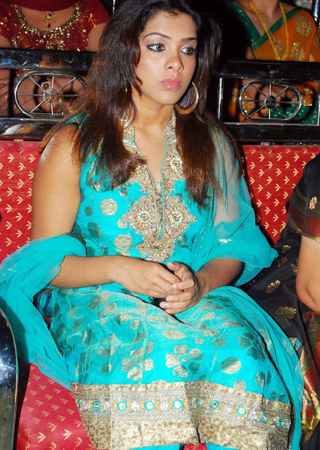 Sandhya In Sleeveless Salwar Suit Wallpapers wallpapers
