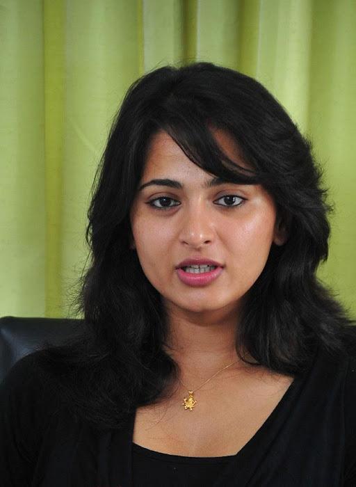 anushka spicy actress pics