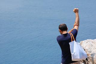 foto  turista gesto dell'ombrello