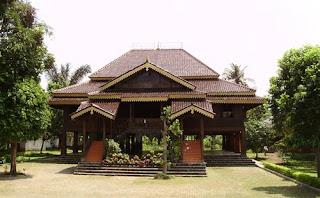 rumah-nuwo-sesat-lampung-traditional-house