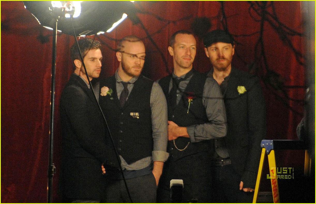 Lirik Lagu Coldplay – Christmas LightsLirikLyric