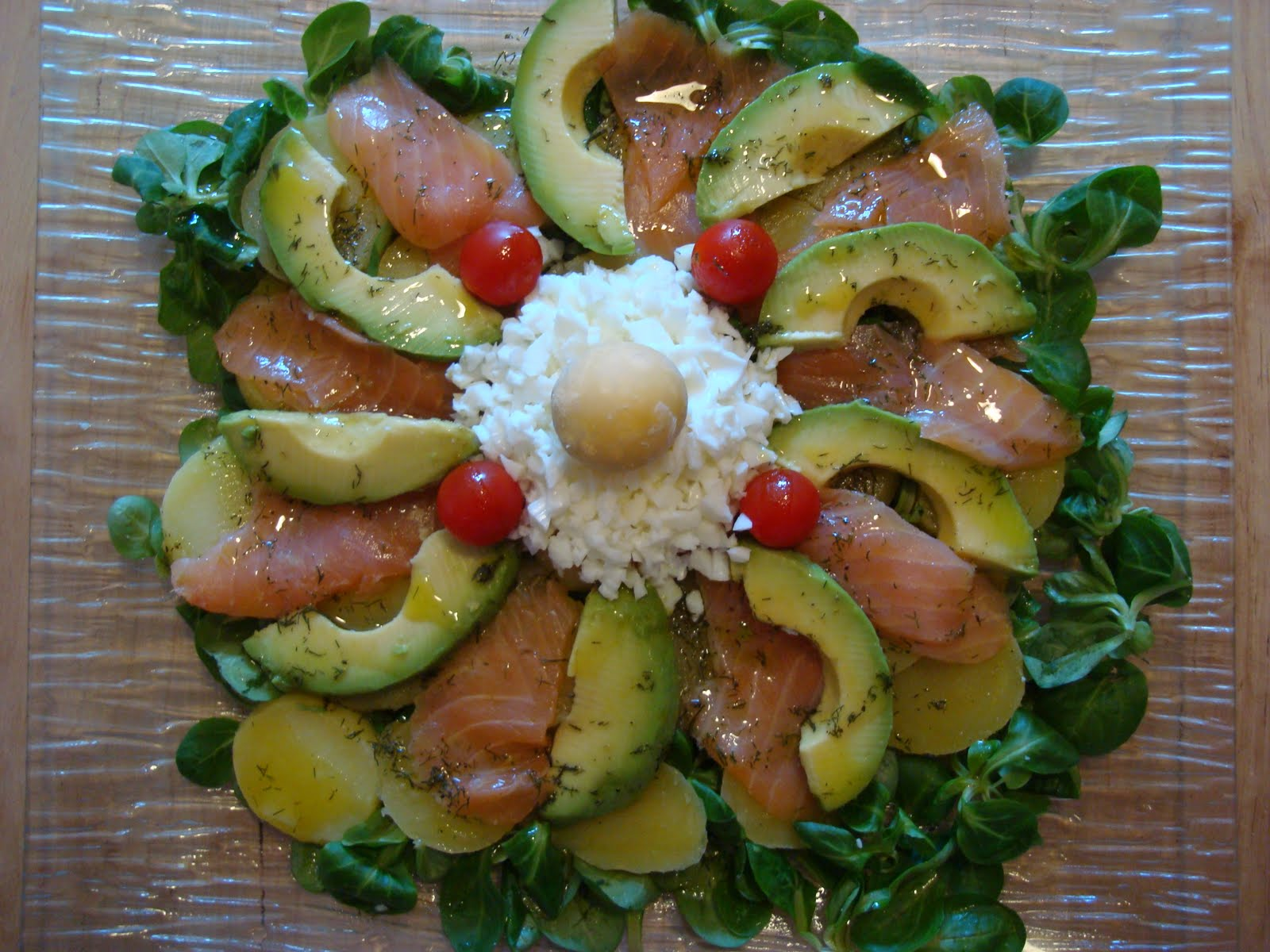 A la mesa y rico ensalada de patata salm n y aguacate - Ensalada con salmon y aguacate ...