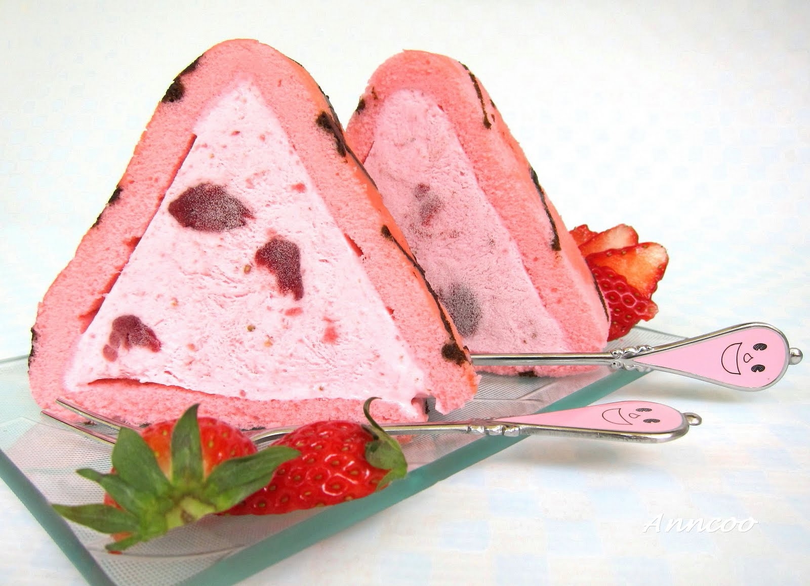 Strawberry Ice Cream Roll - Almond Cookies