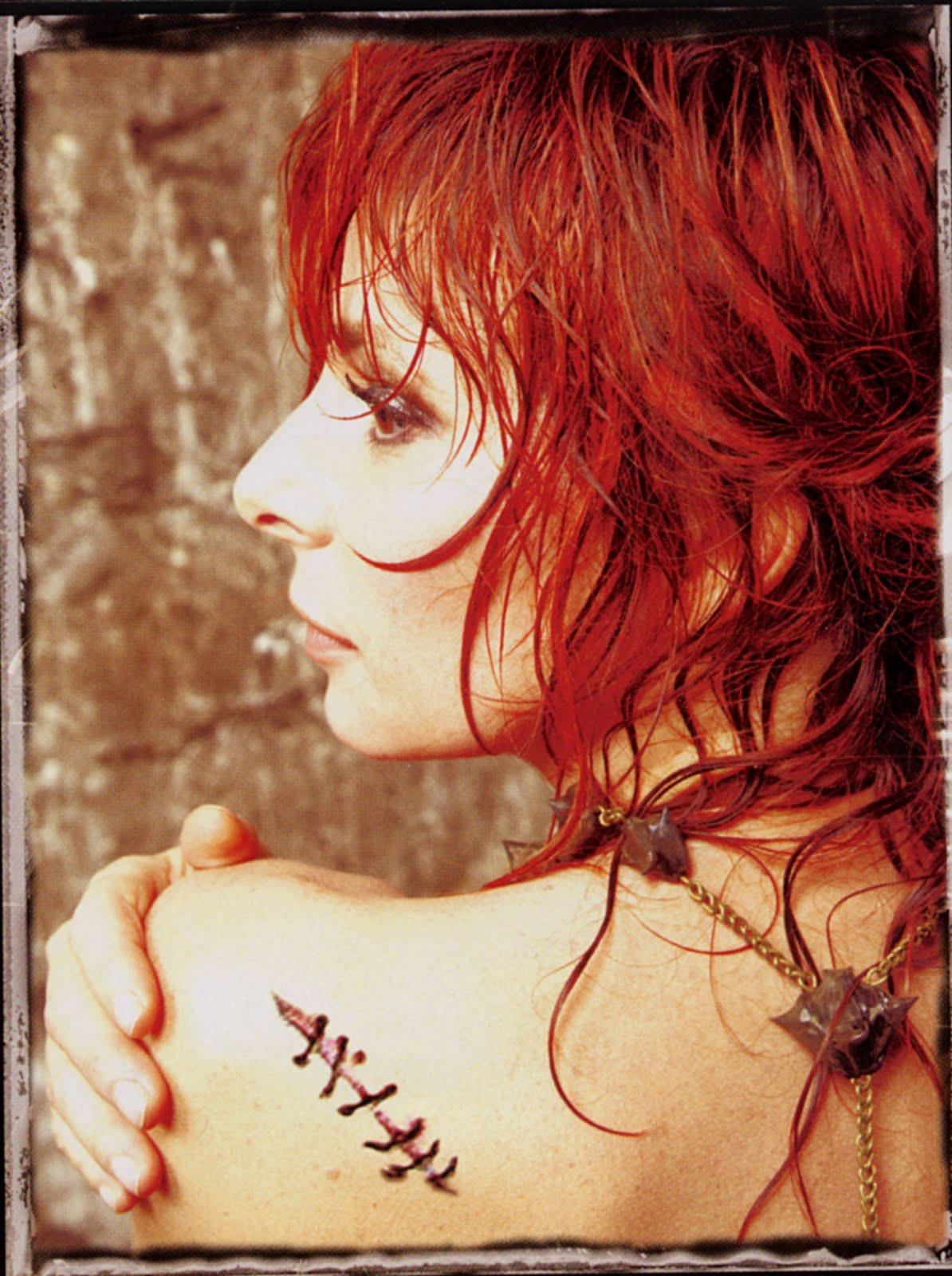 http://4.bp.blogspot.com/_jf6ktUJpmwc/TFM4UM6yOmI/AAAAAAAAAA0/Q21jULjNnis/s1600/mylene-farmer-livret-point-de-suture.jpg