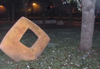 Arte cerca de  la estatua de los hermanos Tonetti, grandes payasos santanderinos