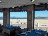 vista de la segunda playa del sardinero desde dentro del bar el Parque