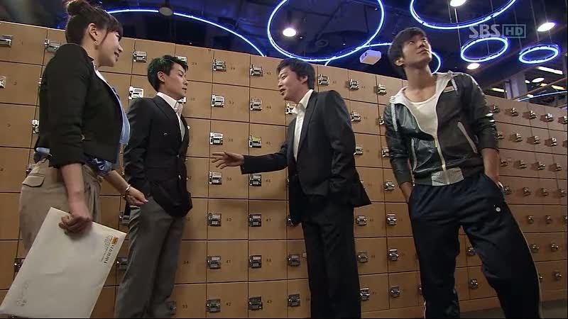 Shi Joon mencoba mendekati Min Woo sendiri, mereka bertemu di gym